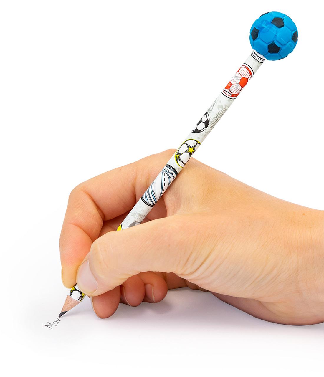 Stiftbeschwerer-Fussball-inkl-Bleistift-Anwendung-beim-schreiben-lafueliki